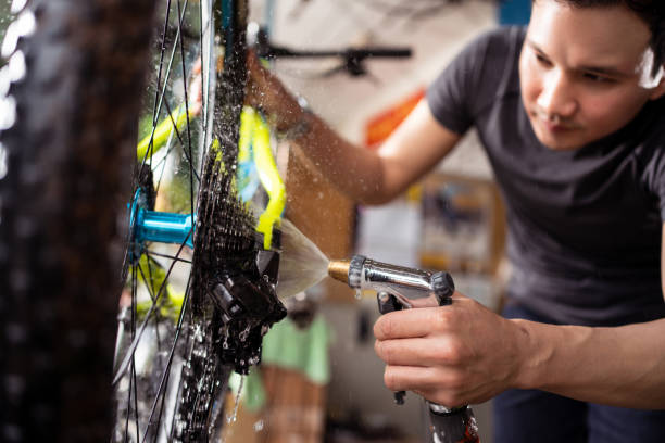 cleaning-a-bike-rinsing